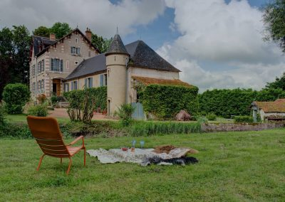 bed & breakfast chateau saint etienne - seat in the garden