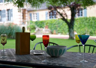 bed & breakfast chateau saint etienne - drinks in the garden