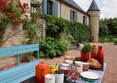 bed & breakfast chateau saint etienne - outdoor breakfast