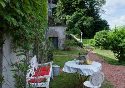 bed & breakfast chateau saint etienne - seat on the terrace